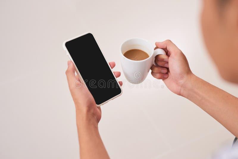 Modellbild von Frau ` s übergibt das Halten des weißen Handys mit Querstation lizenzfreies stockbild