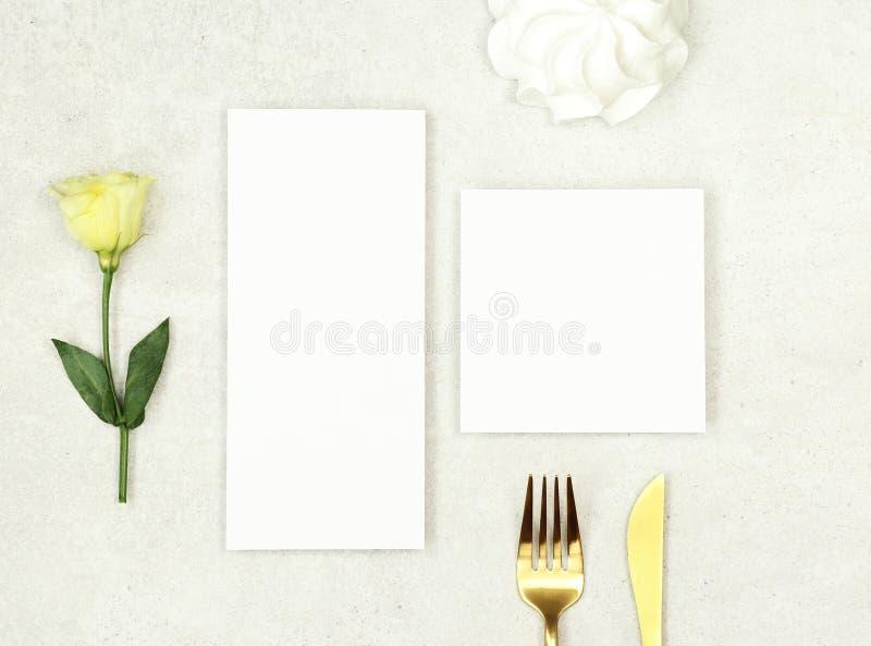 Modellbröllopmeny och att tacka dig kort på grå bakgrund royaltyfri bild