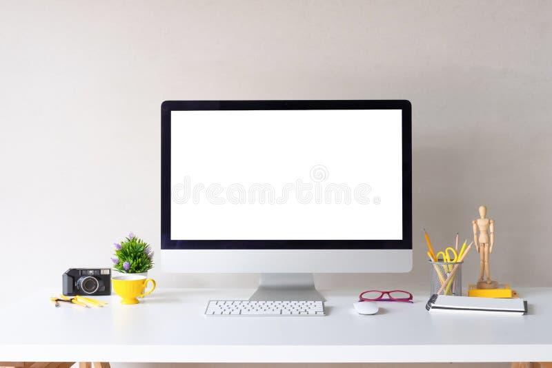 Modellcomputer auf stilvoller kreativer Tabelle des Arbeitsplatzes mit Designerzusätzen stockfotos