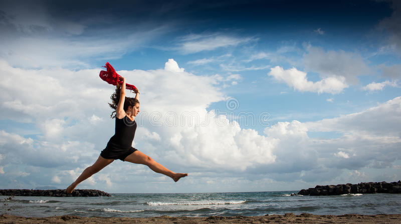 Modelldans på stranden arkivbilder
