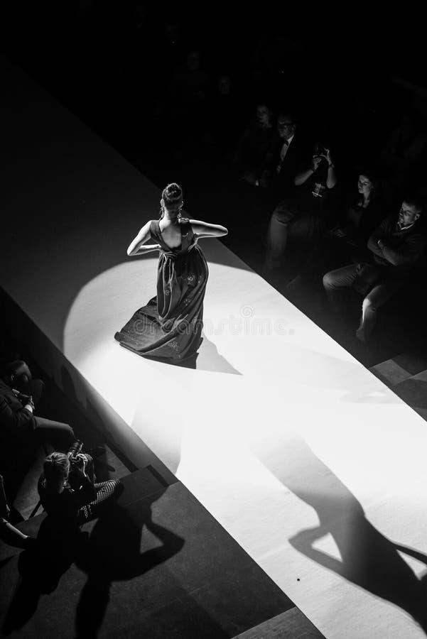 Modelle auf der Brücke während der Modeschau lizenzfreies stockbild