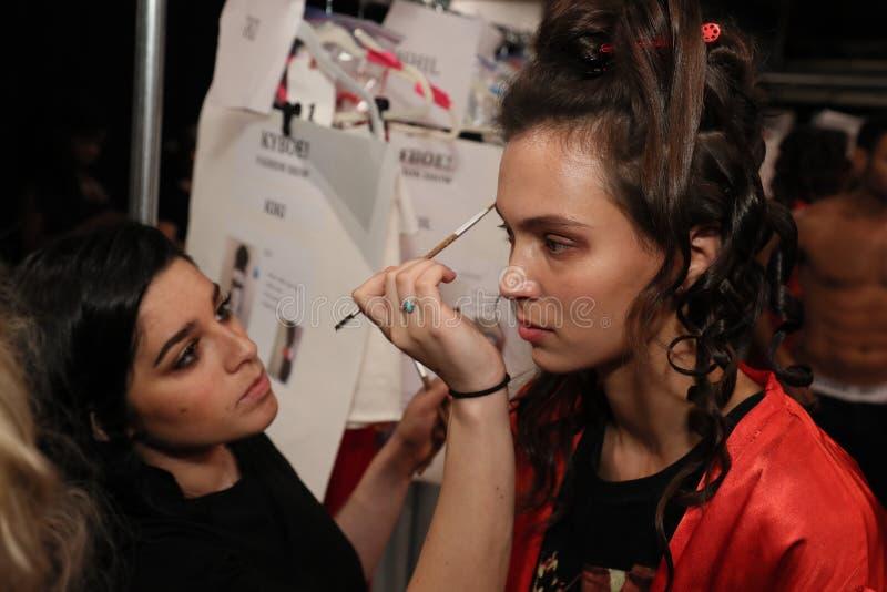 Modelle, die bereite Bühne hinter dem Vorhang vor dem KYBOE erhalten! Modeschau stockbilder