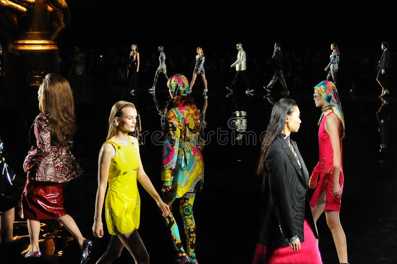 Modelle gehen das Rollbahnfinale an der Sammlung Versace-Vor-Fall-2019 stockbild