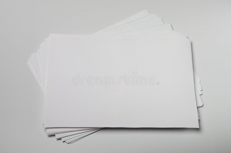 Modellen av affärskort fläktar bunten på tom vit texturerad pappers- bakgrund royaltyfria foton