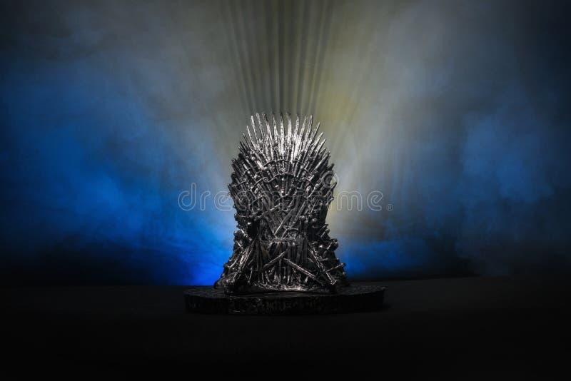 Modellen av biskopsstolen som i lek av biskopsstolen på en ljus blå rökbakgrund royaltyfri fotografi