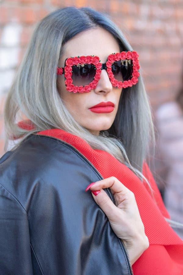 Modellen bär ett par av solglasögon med ramen som göras av röda rosor arkivbilder