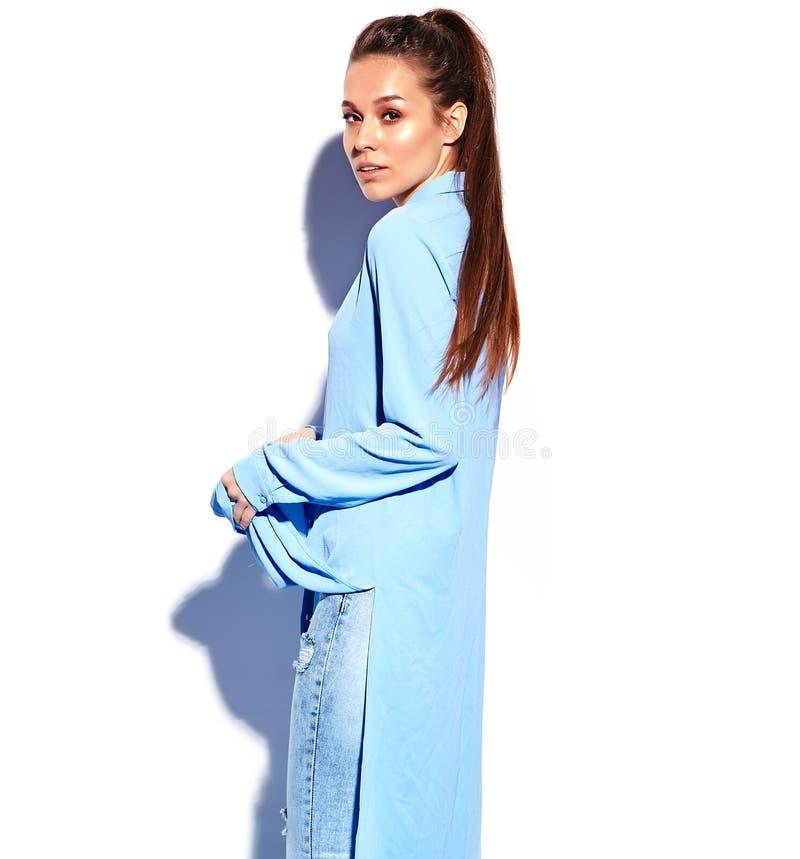Modellen för Hipsterbrunettkvinnan i tillfälliga stilfulla blått klär isolerat på vit royaltyfri bild