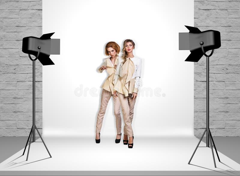 Modellen in fotostudio met schijnwerpers stock afbeeldingen