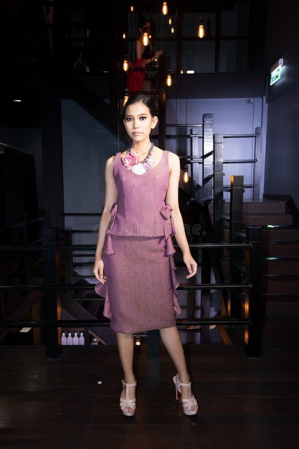 Modellen går i modeshow av män som kvinnor fjädrar sommar in arkivfoto