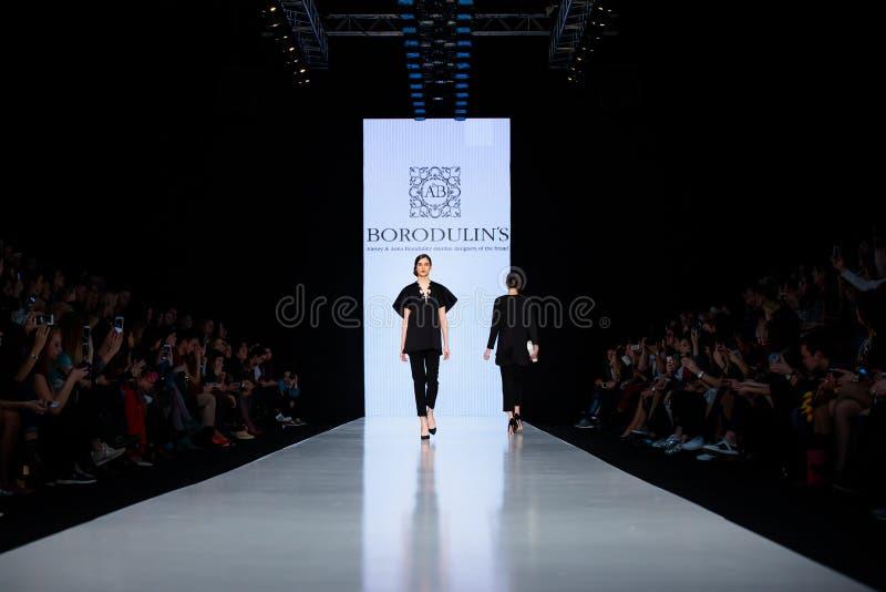 Modellen går landningsbanan för catwalk för BORODULIN-` S på Nedgång-vintern 2017-2018 på Mercedes-Benz Fashion Week Russia royaltyfri fotografi