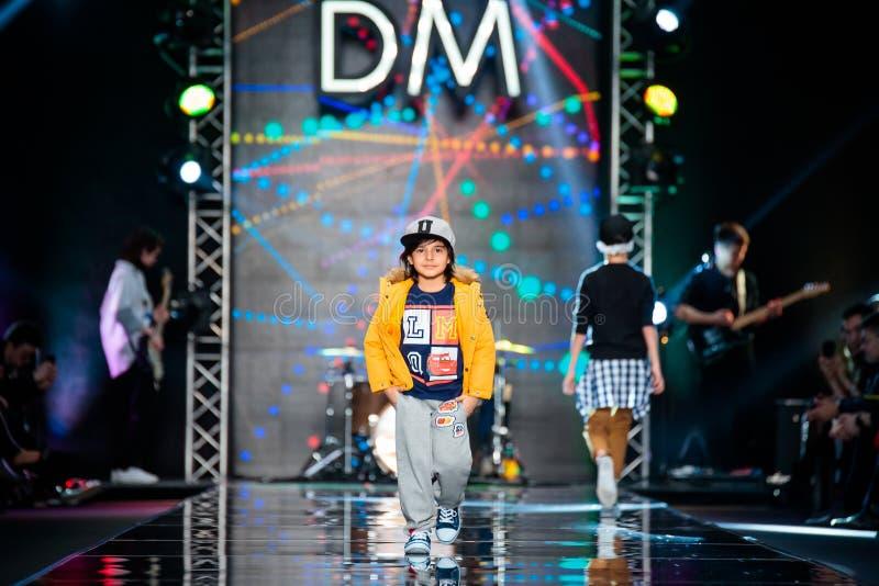 Modellen går landningsbanan för catwalk för DETSKY MIR på Nedgång-vintern 2017-2018 på Mercedes-Benz Fashion Week Russia Mode för fotografering för bildbyråer
