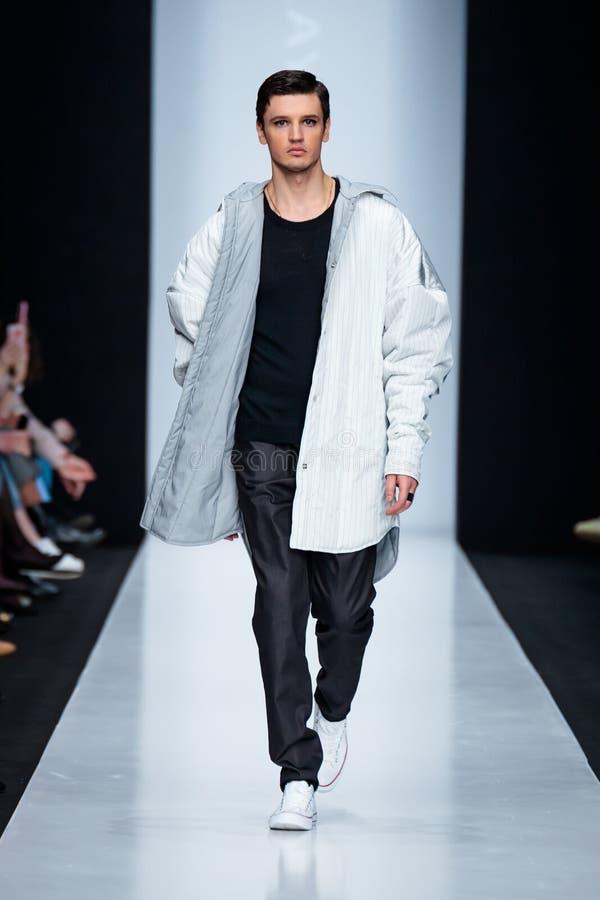 Modellen går landningsbanan för den FORMGIVARENIKOLAY LEGENDA catwalken på Nedgång-vintern 2017-2018 på Mercedes-Benz Fashion Wee arkivfoton