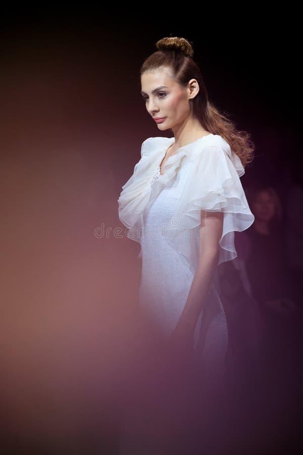 Modellen går landningsbanan för den Olga Kunitsyna catwalken på veckan 2017 för Vår-sommar Moskvamode arkivbilder