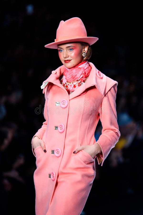 Modellen går landningsbanan för den Slava Zaitsev catwalken på Vår-sommar Mercedes 2017 Benz Fashion Week Russia royaltyfri foto
