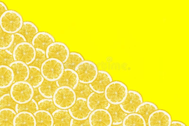 Modellen gjorde fr?n nya citronskivor p? en gul bakgrund med kopieringsutrymme p? r?tten ?ver huvudet sikt som ?r flatlay skivad  stock illustrationer