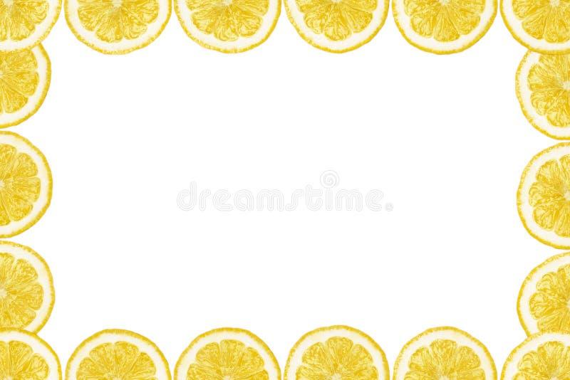 Modellen gjorde fr?n nya citronskivor p? en vit bakgrund med kopieringsutrymme i mitt ?ver huvudet sikt som ?r flatlay skivad hal royaltyfri illustrationer