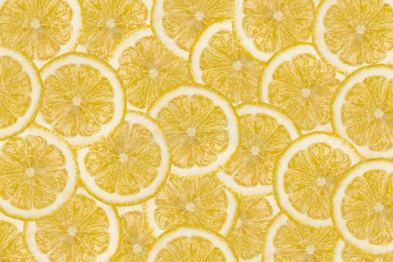 Modellen gjorde fr?n nya citronskivor som ?verlappar, den ?ver huvudet sikten som var flatlay skivad half ananas f?r bakgrundssni fotografering för bildbyråer