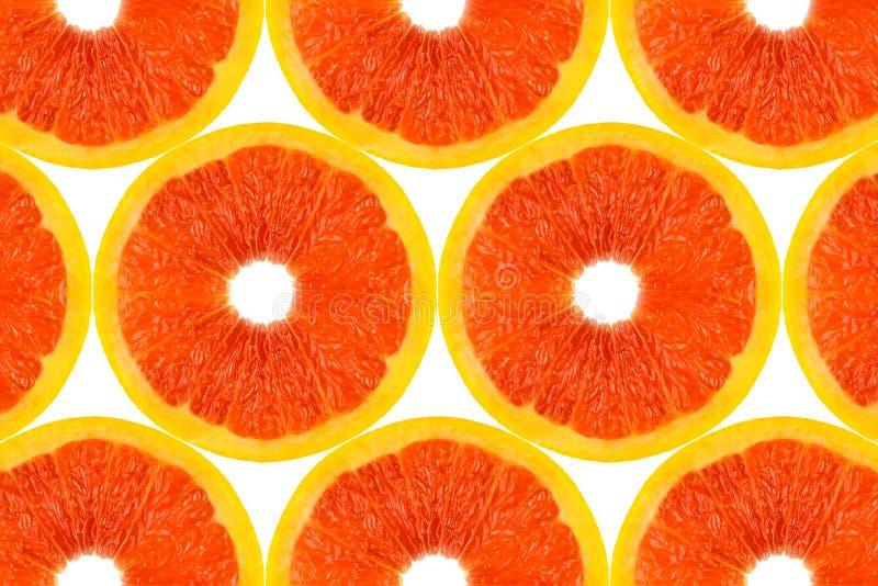 Modellen gjorde fr?n nya grapefruktskivor p? en vit bakgrund, den ?ver huvudet sikten som var flatlay skivad half ananas f?r bakg fotografering för bildbyråer