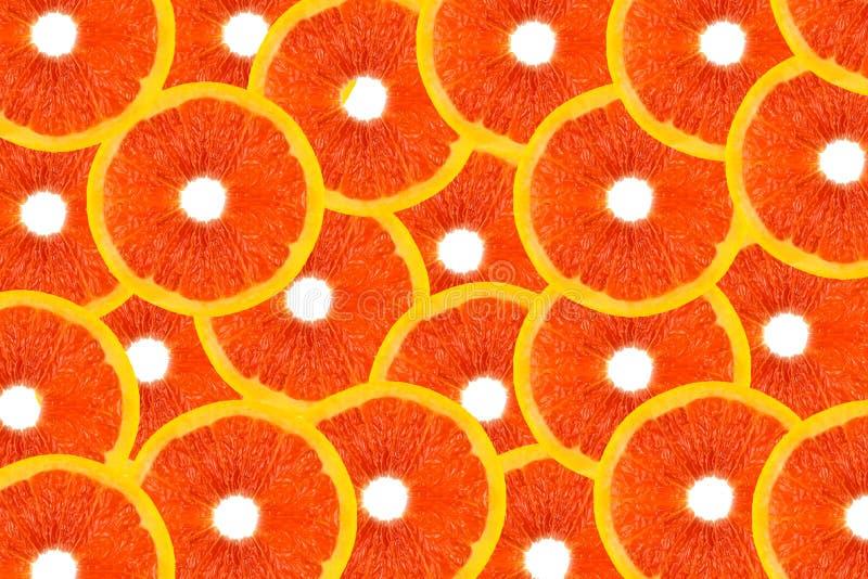 Modellen gjorde fr?n nya grapefruktskivor p? en vit bakgrund, den ?ver huvudet sikten som var flatlay skivad half ananas f?r bakg arkivfoto