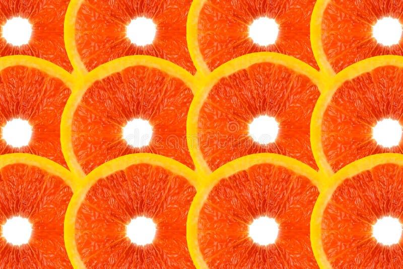 Modellen gjorde fr?n nya grapefruktskivor p? en vit bakgrund, den ?ver huvudet sikten som var flatlay skivad half ananas f?r bakg royaltyfria bilder