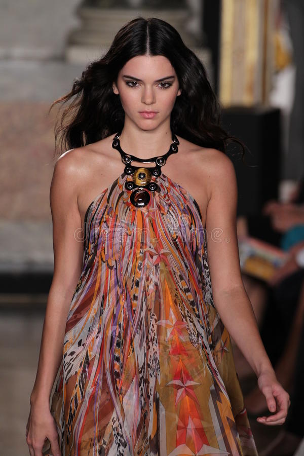Modellen Kendall Jenner går landningsbanan på den Emilio Pucci showen som en del av Milan Fashion Week royaltyfria foton