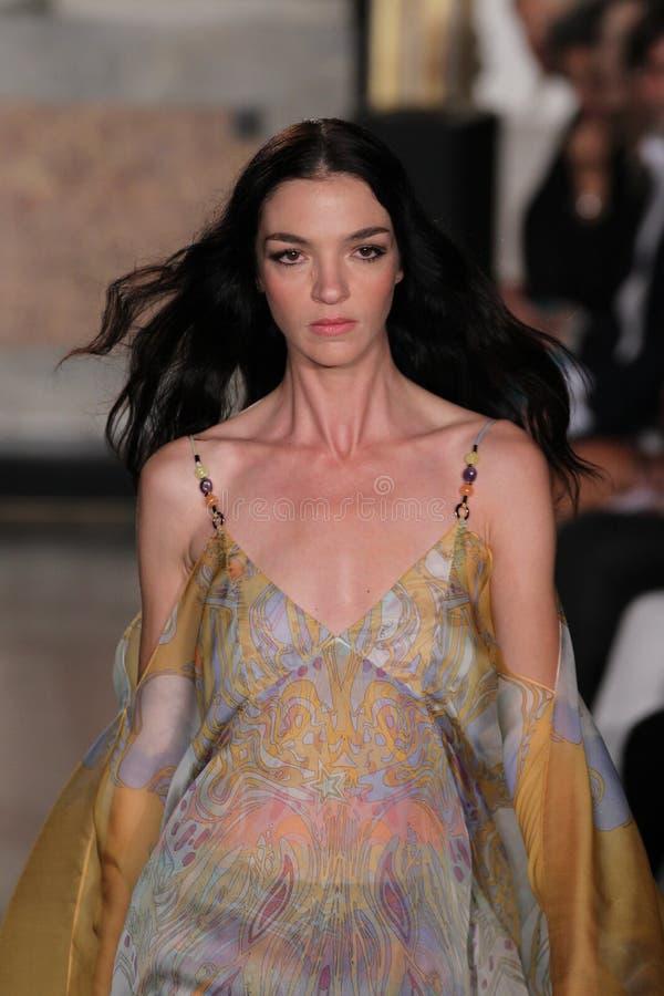 Modellen Mariacarla Boscono går landningsbanan på den Emilio Pucci showen som en del av Milan Fashion Week arkivbilder