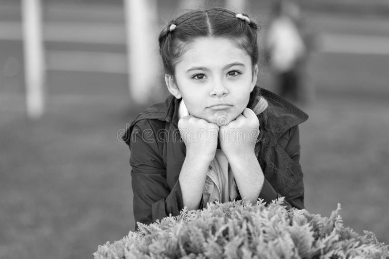 Modellen med små moden Kläder och tillbehör Kid wear trench Vårrock Måste ha ett koncept Fashionabel rock arkivfoton