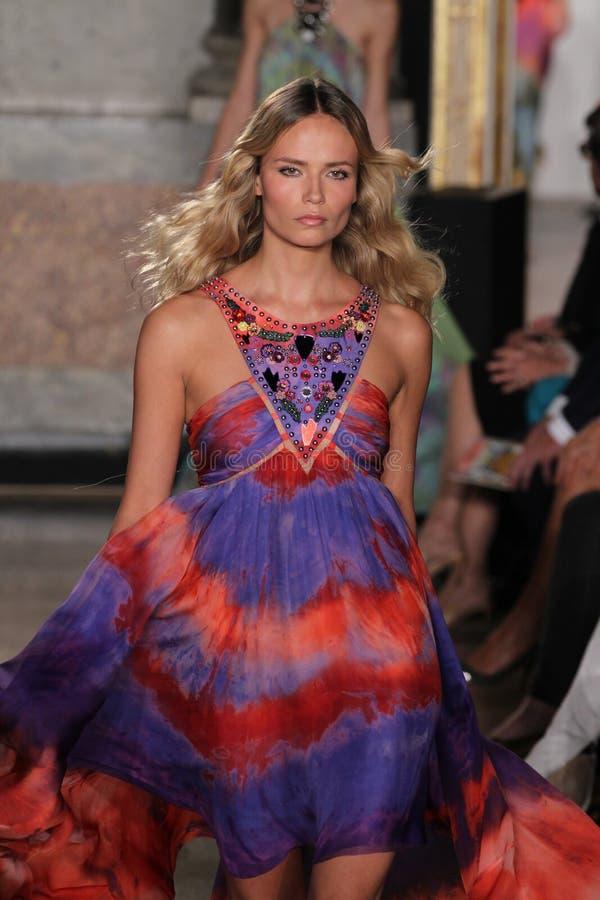 Modellen Natasha Poly går landningsbanan på den Emilio Pucci showen som en del av Milan Fashion Week royaltyfri bild