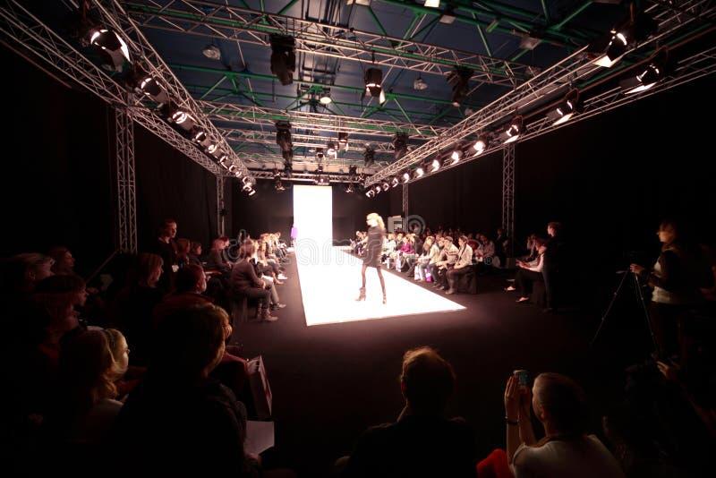 Modellen op podium royalty-vrije stock afbeelding