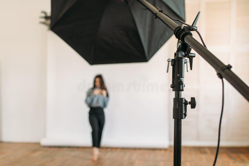 Modellen poserar i fotostudion, vit bakgrund royaltyfria bilder