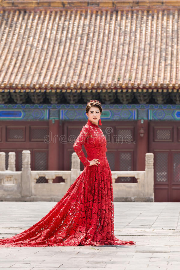 Modellen poserar i klassiskt mode, Peking, Kina arkivfoton
