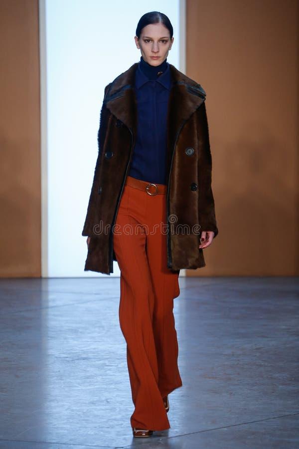 Modellen Ros Georgiou går landningsbanan på Derek Lam Fashion Show under MBFW-nedgången 2015 arkivfoton