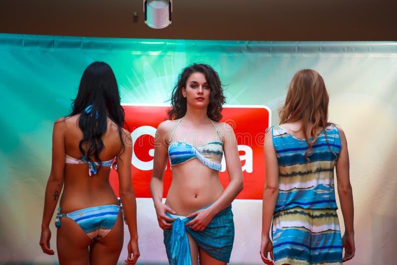 Modellen tijdens de modeshow royalty-vrije stock afbeelding