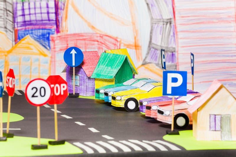 Modellen van document auto's bij het parkeren in stuk speelgoed stad royalty-vrije stock afbeelding