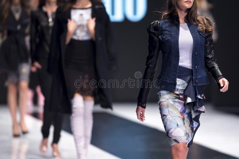 Modeller för show för modecatwalklandningsbana arkivfoto