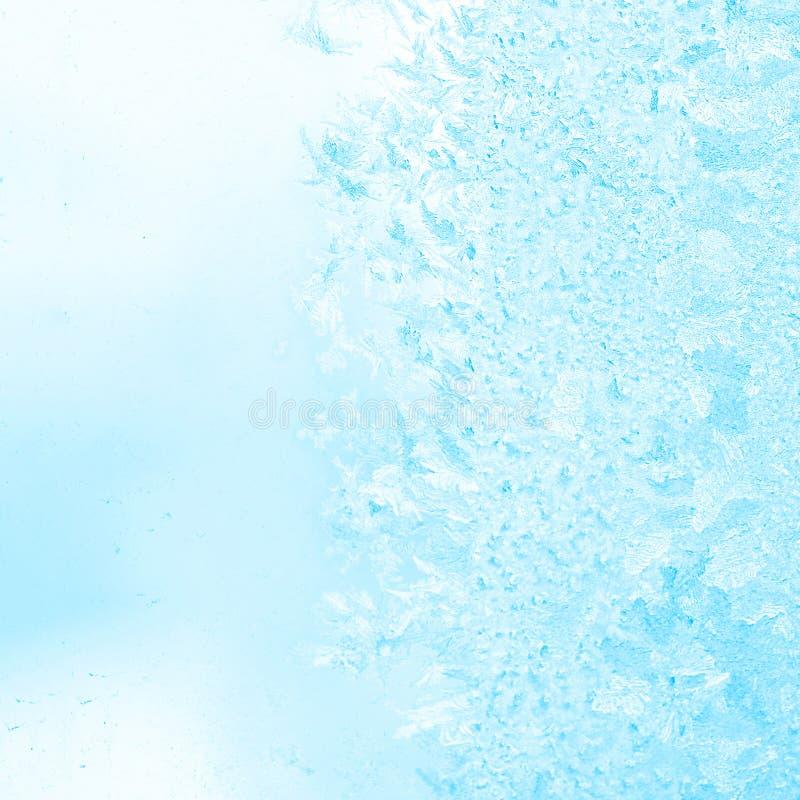 Modeller för vinterfrostblått på fönstret, festlig bakgrund, slut arkivfoton