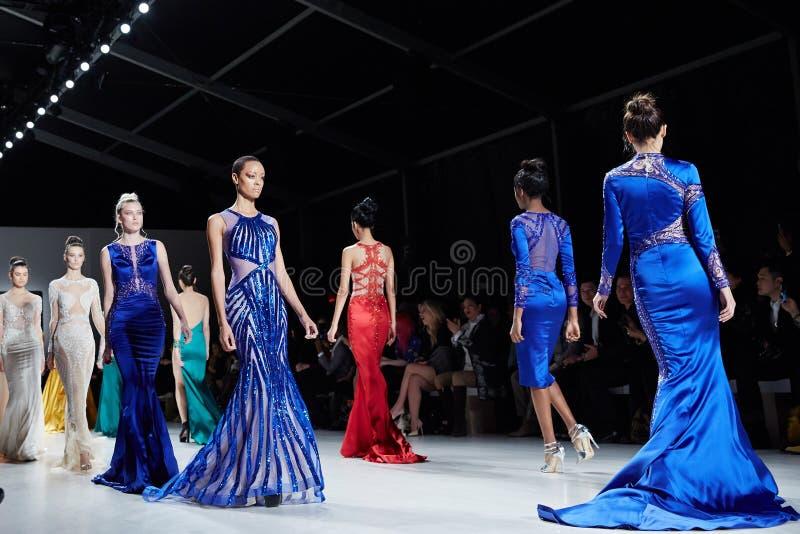 Modeller går landningsbanan i den Dany Tabet klänningen på den New York livmodeshowen under MBFW-nedgången 2015 royaltyfria bilder