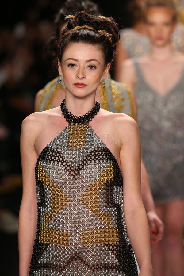 Modeller går landningsbanan i en Li Jon Sculptured Couture design på den Art Hearts Fashion showen under MBFW-nedgången 2015 royaltyfri foto