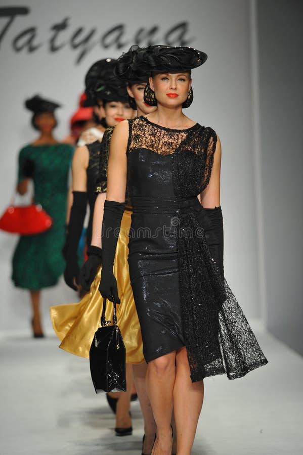 Modeller går landningsbanan på Tatyana Designs royaltyfri bild