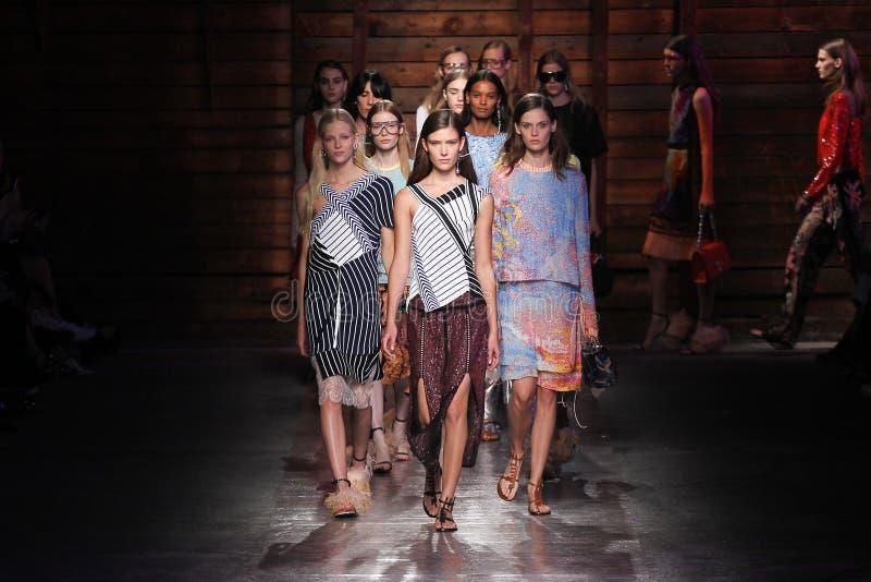 Modeller går landningsbanan under den Emilio Pucci showen arkivfoton
