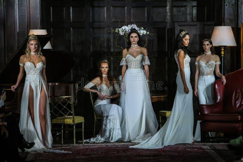 Modeller poserar på landningsbanan på den Julie Vino Fall 2017 samlingsshowen fotografering för bildbyråer