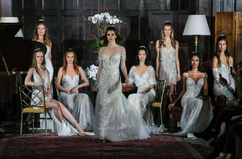 Modeller poserar på landningsbanan på den Julie Vino Fall 2017 samlingsshowen royaltyfri foto