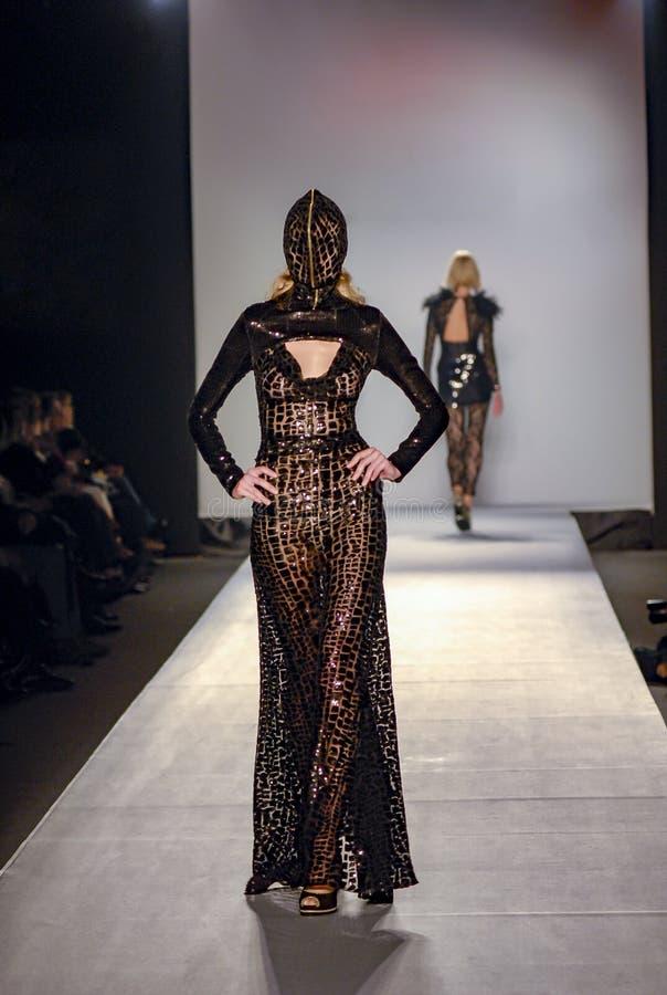Modeller som går på etapp i modeshow arkivfoton