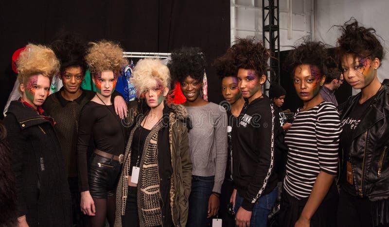 Modeller som i kulisserna poserar på modeshowen för FTL Moda under Mercedes-Benz Fashion Week Fall 2015 fotografering för bildbyråer