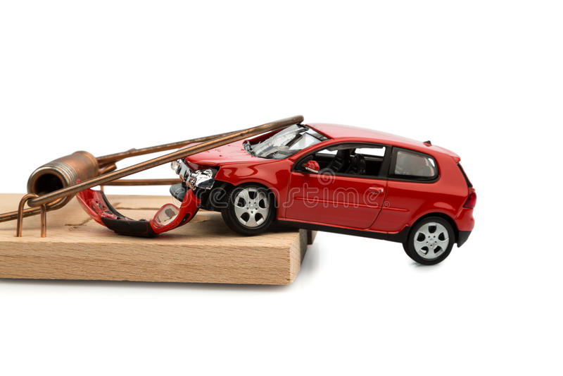 Modellera bilen i en mousetrap royaltyfria foton