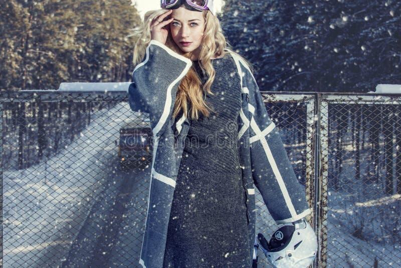 Modellera den härliga kvinnan i trendig kläder och tillbehör för royaltyfria bilder