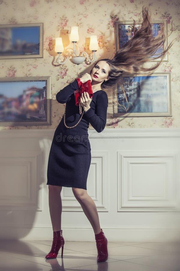Modellera den härliga kvinnan i trendig kläder under lyxig tappning royaltyfri fotografi