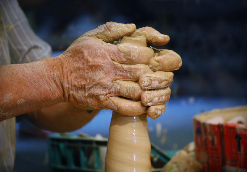 Modellera för keramikerhänder royaltyfria bilder