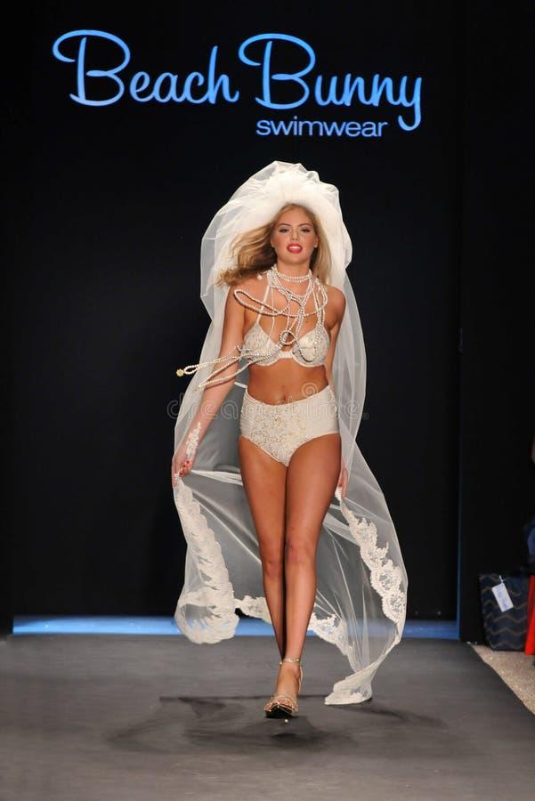Modellera Kate som Upton går landningsbanan på samlingen för strandkaninbaddräkten för fjädersommaren 2012 royaltyfri bild