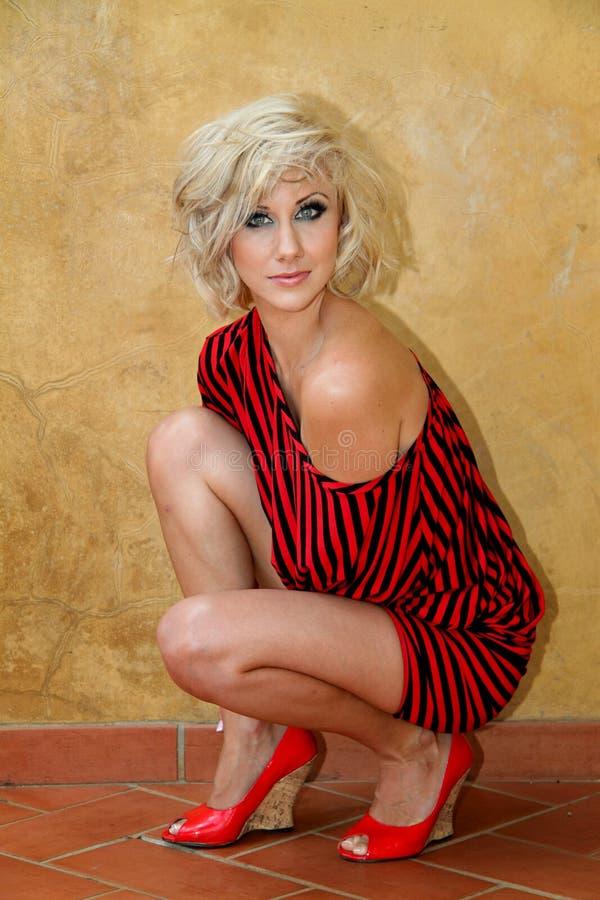 Modellera med den svarta och röda randiga klänningen för slagträvingtröjan arkivfoton